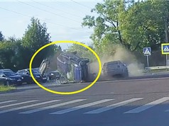 Clip: Xe Ford Ecosport bị tông lăn lộn trên đường