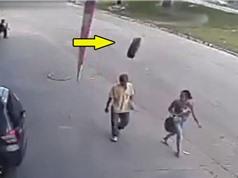 Clip: Đang đi bộ, người đàn ông bất ngờ bị bánh xe văng vào đầu