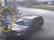 Clip: Người đàn ông đi bộ bị ôtô hất văng lên trời