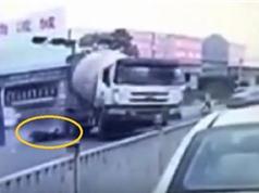 Clip: Xe trộn bê tông cuốn theo xe máy khiến 3 người tử vong