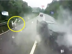 Clip: Bị văng ra khỏi xe hơi, người đàn ông vẫn thoát chết thần kỳ