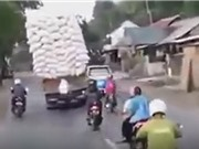 Clip: Kinh hãi cảnh xe tải chở hàng quá khổ lật giữa đường