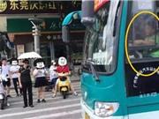 Clip: Hãi hùng cảnh cậu nhóc lái xe buýt đi khắp phố