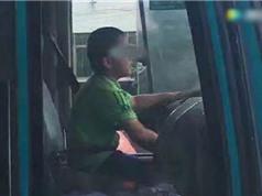 """CLIP HOT NGÀY 5/7: """"Nhóc tì"""" lái xe bus trên phố, trâu rừng ác chiến với sư tử"""