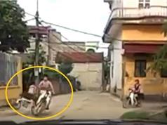 Clip: Phóng từ nhà ra ngõ, cậu bé tông trúng xe máy