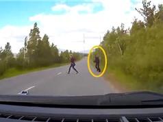 Clip: Đột ngột bước ra từ bụi cây, người đi bộ bị ôtô đâm tử vong