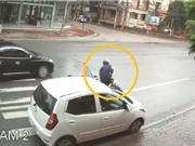Clip: Mở cửa bất cẩn, nữ tài xế khiến người đi xe máy ngã văng