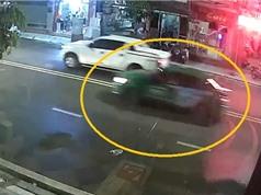 """Clip: Va chạm với taxi Mai Linh, nam thanh niên ngã """"sấp mặt"""""""