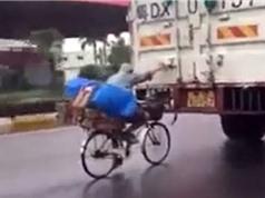 Clip: Hãi hùng cảnh xe đạp bám đuôi xe tải tránh mưa