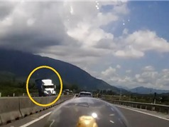 Clip: Xe container tránh xe chạy ngược chiều lật nghiêng, đè lên dải phân cách