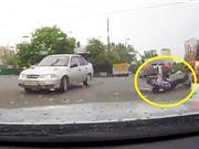 Clip: Ôtô tông người đàn ông đi xe đạp ngã sõng soài