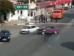 Clip: Xe hơi tông nhau như phim hành động