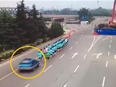 Clip: Nữ tài xế lao xe vào nhóm chạy bộ khiến 1 người chết