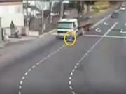 Clip: Đi vào điểm mù xe container, người đi xe máy tử nạn