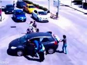Clip: Nữ tài xế để con văng xuống đường và màn giải cứu hy hữu