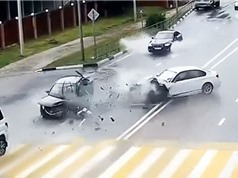 Clip: Ôtô tông nhau nát đầu vì tài xế phóng nhanh