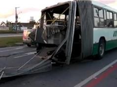 Clip: Rùng mình cảnh xe buýt gãy làm đôi khi đang chạy