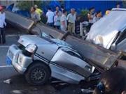 Clip: Kinh hãi cảnh cần cẩu sập đè bẹp ôtô khiến 7 người tử vong