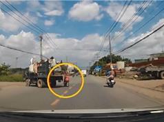 Clip: Tránh xe tải, nam thanh niên lao thằng vào đầu ôtô
