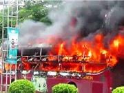 Clip: Kinh hãi cảnh xe khách bốc cháy tại Nghệ An