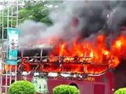 Xe khách bốc cháy tại Nghệ An, xe buýt gãy làm đôi khi đang chạy