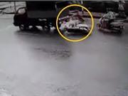 Clip: Không làm chủ được tốc độ, xe máy tông vào xe tải dừng đèn đỏ