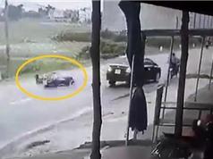 Clip: Suýt bị xe cán chỉ vì... bóp phanh trước