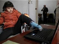 Cô gái tật nguyền viết sách bằng chân