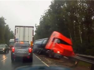 Clip: Mất phanh, xe tải gặp tai nạn kinh hoàng