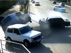 Clip: Tài xế phóng nhanh, ôtô tông xe Van cực mạnh
