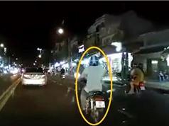"""Clip: Người đàn ông say xỉn bị """"hôi của"""" sau tai nạn"""