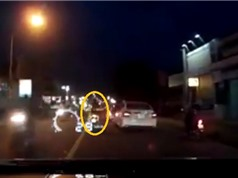 """Clip: Thanh niên đi xe máy """"nhận quả đắng"""" vì vượt ẩu ôtô phía trước"""