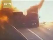 Clip: Va chạm với xe tải đỗ bên đường, xe chở sơn nổ tung