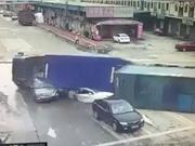 Clip: Xe container bị lật đè bẹp 2 xe hơi