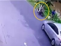 Clip: Xem câu cá bên đường, xe máy bị ôtô tông xuống mương
