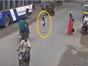 Clip: Lao sang đường, đứa trẻ bị xe máy tông văng xa hàng chục mét