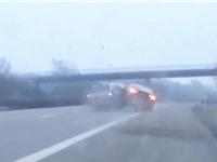 """CLIP HOT NGÀY 21/7: Audi A5 gây tai nạn khi trốn cảnh sát, kangaroo đá người """"lộn cổ"""" xuống hồ"""