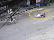 Clip: Gây tai nạn, người đàn bà lái xe đạp thản nhiên bỏ đi