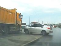 Clip: Kinh hoàng cảnh xe tải tông nát đầu ôtô