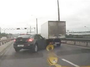 """Clip: Xe Chevrolet nhận """"cái kết đắng"""" vì… vượt ẩu"""