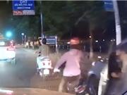 Clip: Tài xế mở cửa bất cẩn, suýt gây tai nạn thương tâm cho xe máy