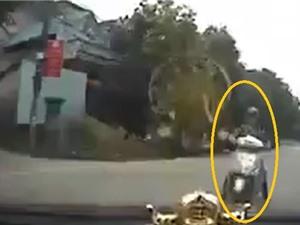 Clip: Vào cua ẩu với tốc độ cao, ôtô gây tai nạn thảm khốc cho Honda Lead
