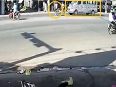 Clip: Qua đường ẩu, xe máy bị Ford Transit kéo lê giữa đường