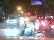 CLIP HOT NGÀY 25/7: Ôtô gây tai nạn thương tâm cho xe máy, sư tử ác chiến đáng sợ