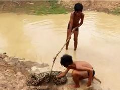 Clip: Rùng mình cảnh 2 cậu bé chơi đùa cùng trăn khổng lồ