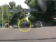 Clip: Xe hơi lăn lộn sau khi va chạm trên đường