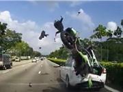 """Clip: Vượt ẩu ôtô phía trước, biker """"nhận quả đắng"""""""
