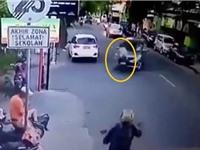 Clip: Đấu đầu ôtô, người đàn ông cùng đứa bé bị hất văng lên không trung