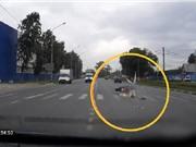 Clip: Môtô không người lái gây tai nạn như phim hành động