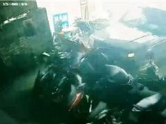 Clip: Xe hơi mất lái, đâm thẳng vào cửa hàng xe máy